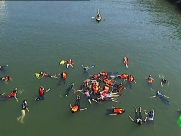 Una veintena de personas simula un naufragio en la Ría de Bilbao