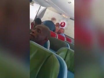 El impactante vídeo de la agresión de un agente de inmigración a un refugiado en un avión de Turkish Airlines