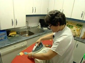 Empleada del hogar trabajando en una casa
