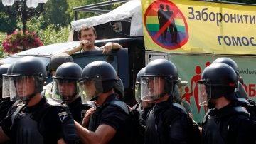 Los policías durante el orgullo gay de Kiev