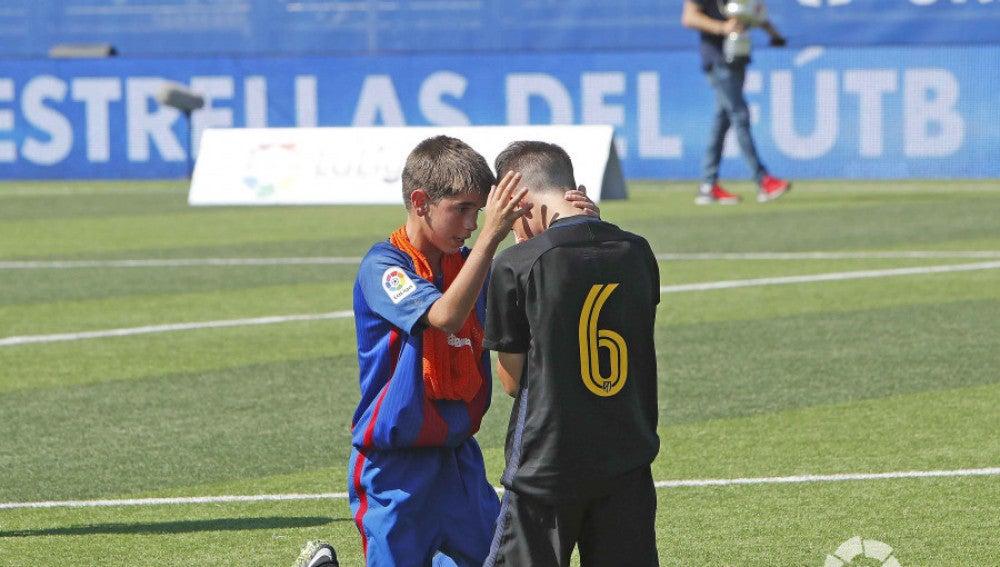 Los jugadores del Barcelona consolaron a los del Atlético de Madrid