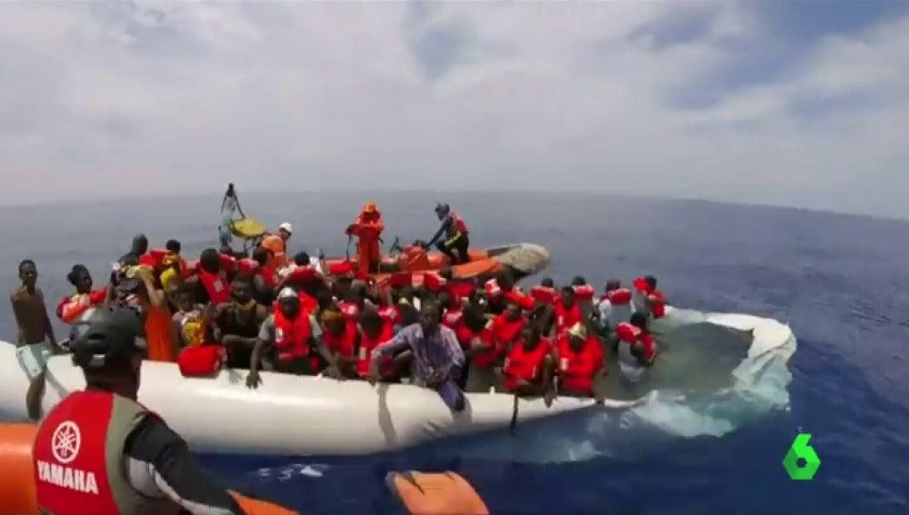 Rescatan 138 migrantes cerca de las costas de Libia en un bote de goma