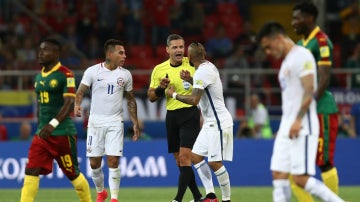 Los chilenos, protestando el gol anulado a Vargas por el VAR