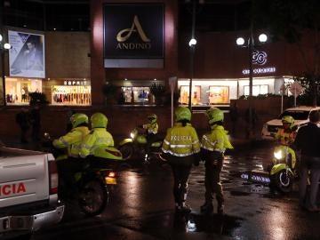 Integrantes de la policía colombiana inspeccionan los alrededores del Centro Comercial Andino