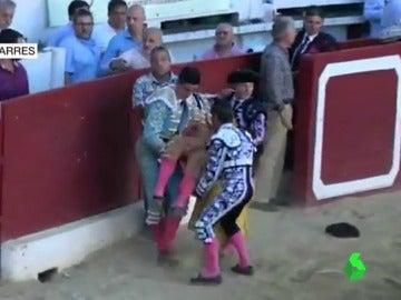 El torero Iván Fandiño es trasladado a enfermería tras sufrir una grave cornada