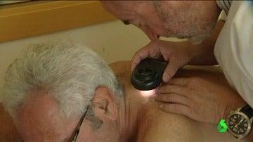 Doctor del hospital Vall d'Hebron atendiendo a un paciente
