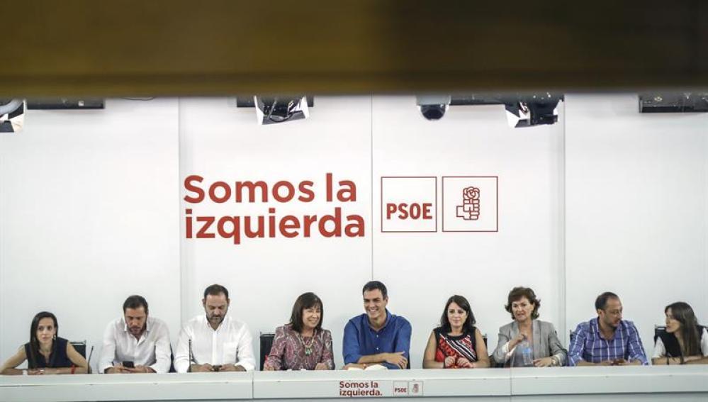 El secretario general del PSOE, Pedro Sánchez, acompañado por su nueva Ejecutiva