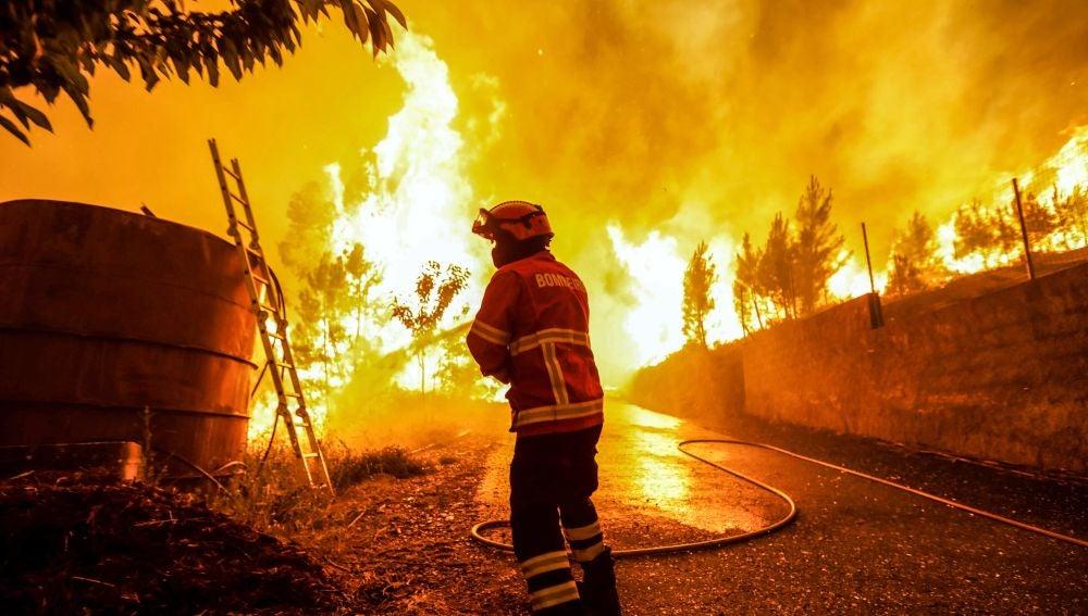 Un bombero intenta sofocar las llamas