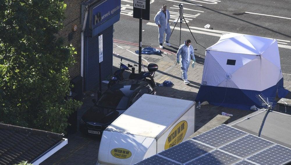 Dos policías forenses trabajan junto a la furgoneta tras el ataque perpetrado en Londres