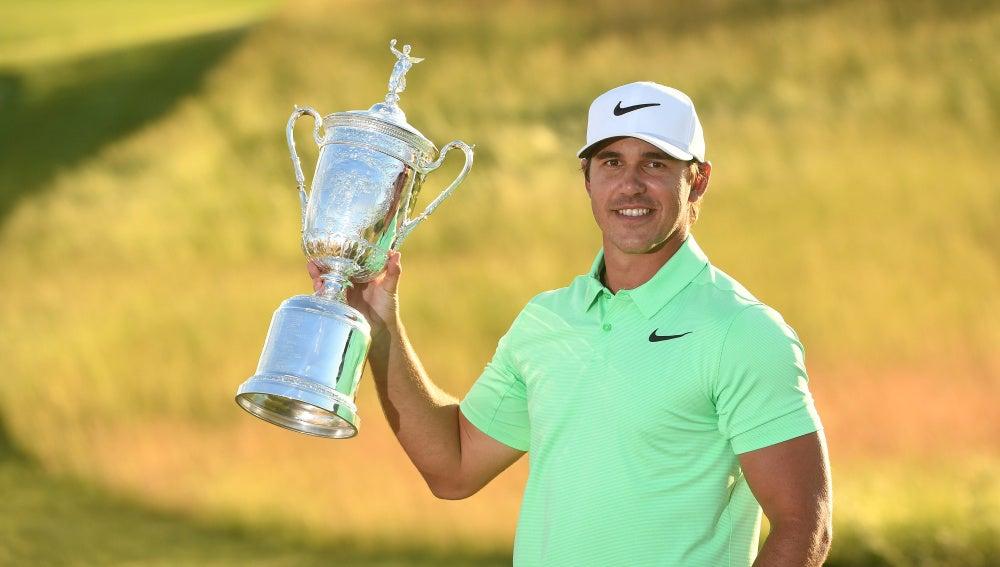 Brooks Koepka, con el trofeo de campeón del US Open