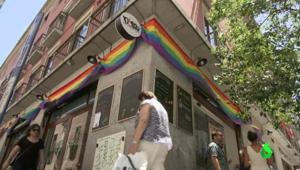 Bandera gay en un barde chueca