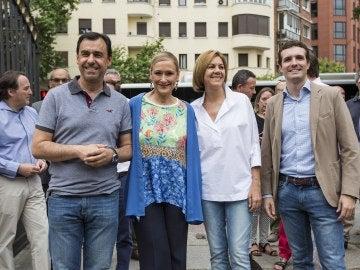 La presidenta de Madrid junto a miembros del PP