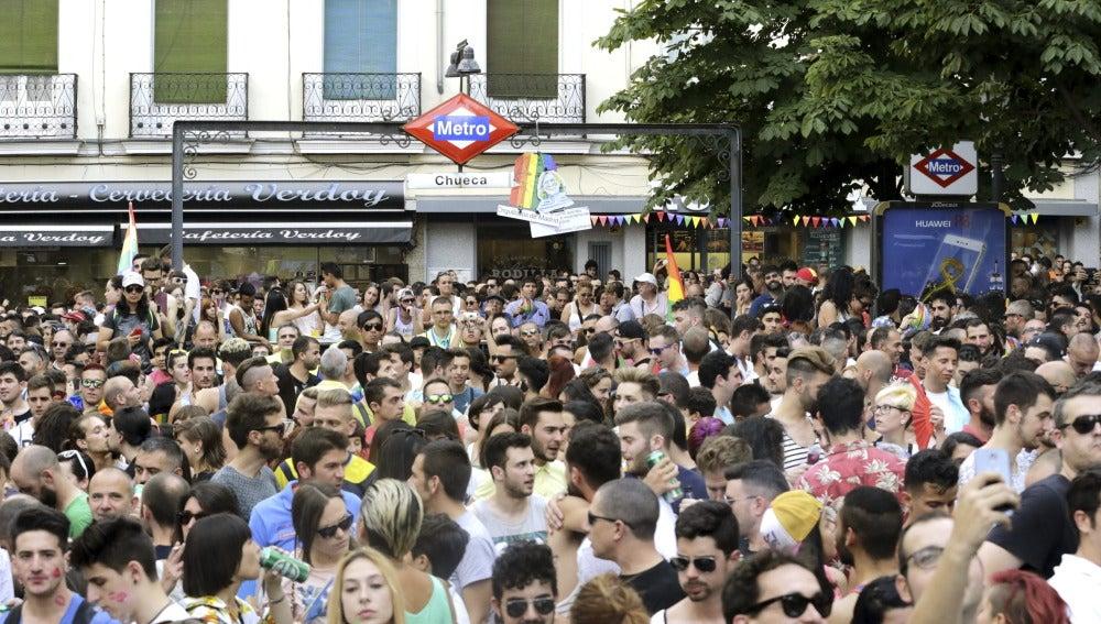 Cientos de personas en la plaza de Chueca durante el Orgullo Gay