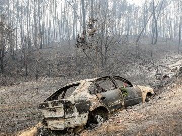 Un vehículo destrozado por el fuego en Nodeirinho