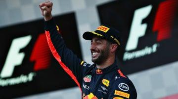 Daniel Ricciardo celebra la victoria en Bakú