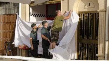 Miembros de la Guardia Civill cubren la entrada de la tienda de bocadillas de Valdepeñas