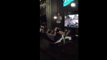 Fernando Alonso jugando a un videojuego