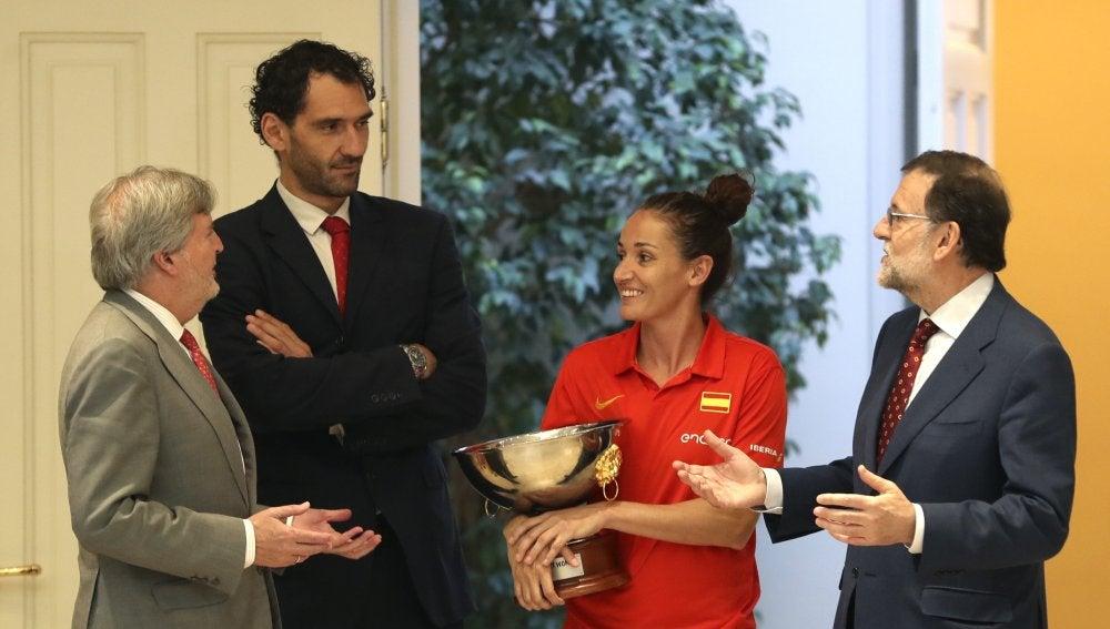 Laia Palau bromea con Íñigo Méndez de Vigo, Jorge Garbajosa y Mariano Rajoy