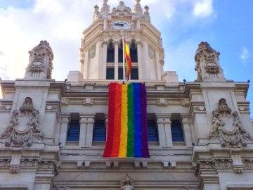 La bandera arcoíris ondea en el Palacio de Cibeles de Madrid