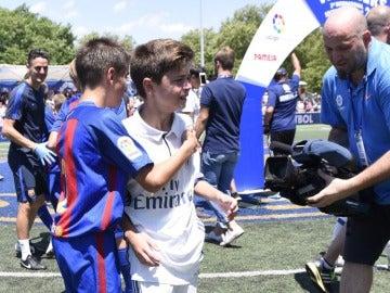 Los jugadores del Barça consuelan a los del Real Madrid