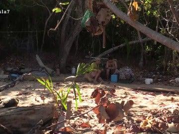 Fernando y Juan hablan en La Isla