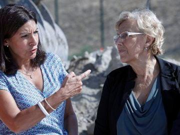 La alcaldesa de Madrid, Manuela Carmena, junto a su homóloga parisina, Anne Hidalgo
