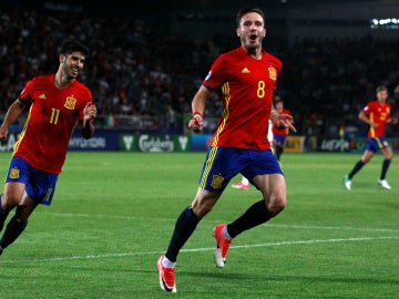 Saúl celebra uno de sus goles contra Italia