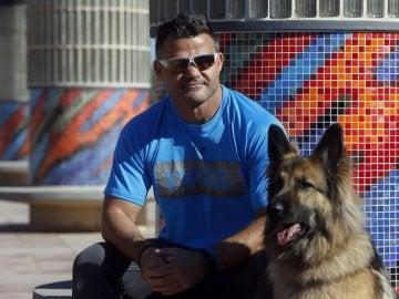 David Casinos, junto a su perra guía Farala
