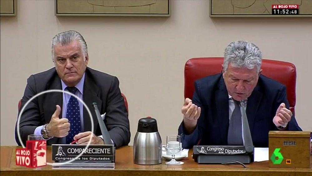 Bárcenas levanta el dedo en la comisión de investigación