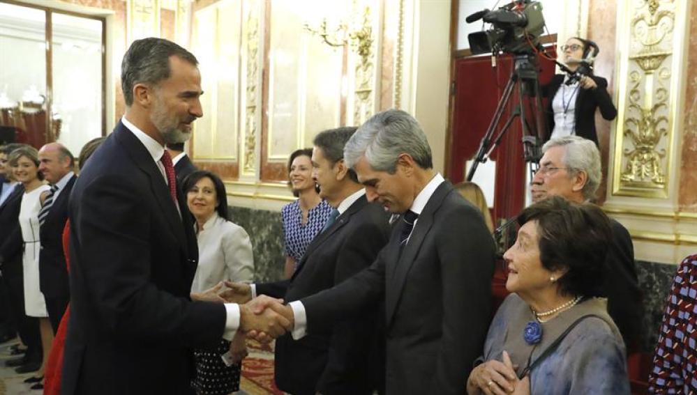 El Rey saluda a Adolfo Suárez Illana