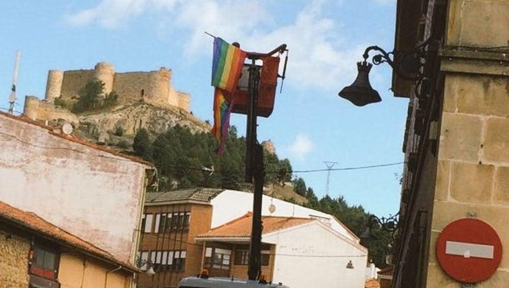 Retiran la bandera LGTBI en Aguilar de Campoo