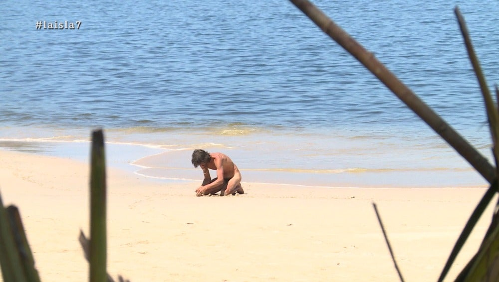Fernando practica yoga en La Isla
