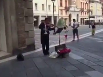 Un músico alucina a todo el mundo tocando el himno de la Champions League en plena calle con un violín