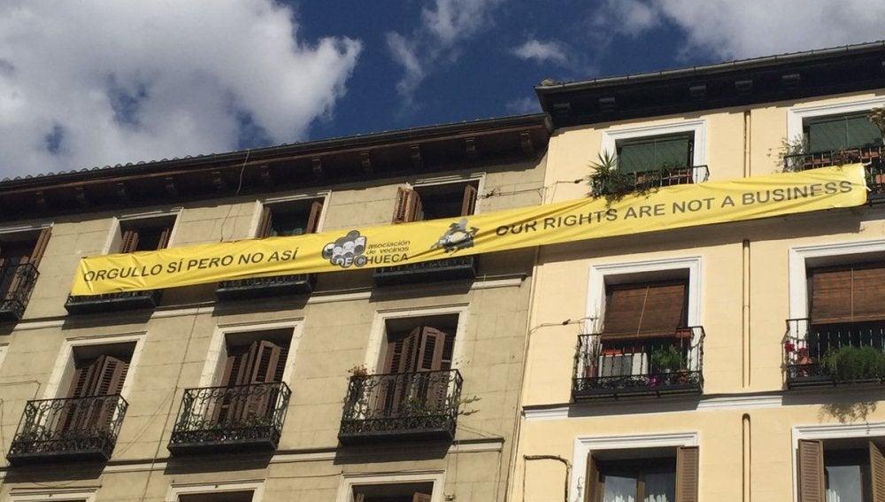 La gran pancarta desplegada contra el ruido por los vecinos de Chueca