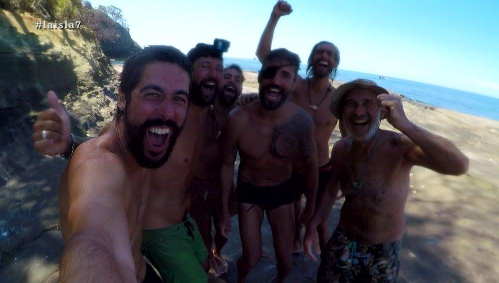 Los aventureros conquistan otra isla con su barca