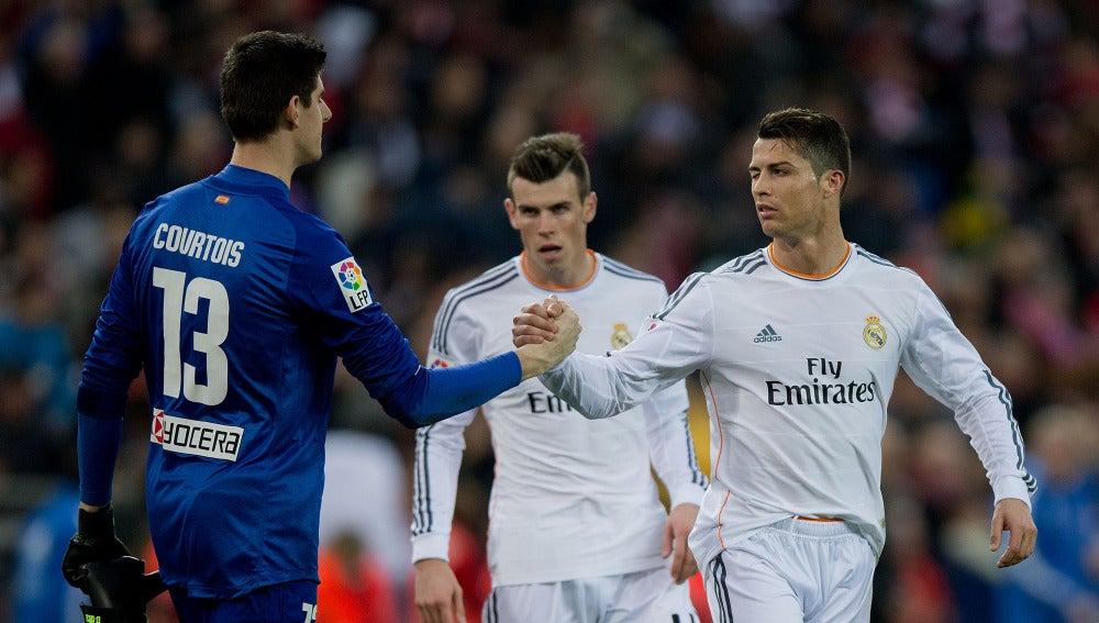 Courtois y Cristiano Ronaldo se dan la mano tras un derbi