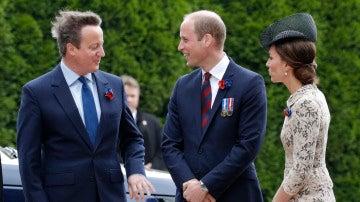 David Cameron y el príncipe Guillermo dialogan durante un acto
