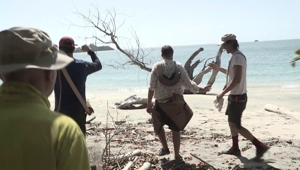 Los aventureros en la playa