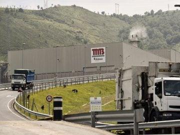 Dos camiones salen de la planta de tratamiento de residuos de Artigas de Bilbao, donde  ha sido encontrado el cadáver de un recién nacido