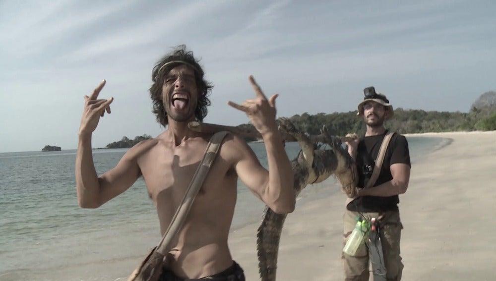 Fernando y David llegan con el caimán