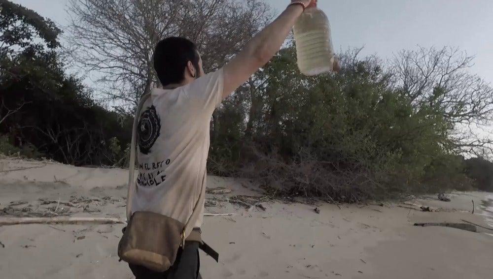 Iker encuentra agua dulce