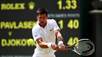 Djokovic ejecuta un revés en su partido