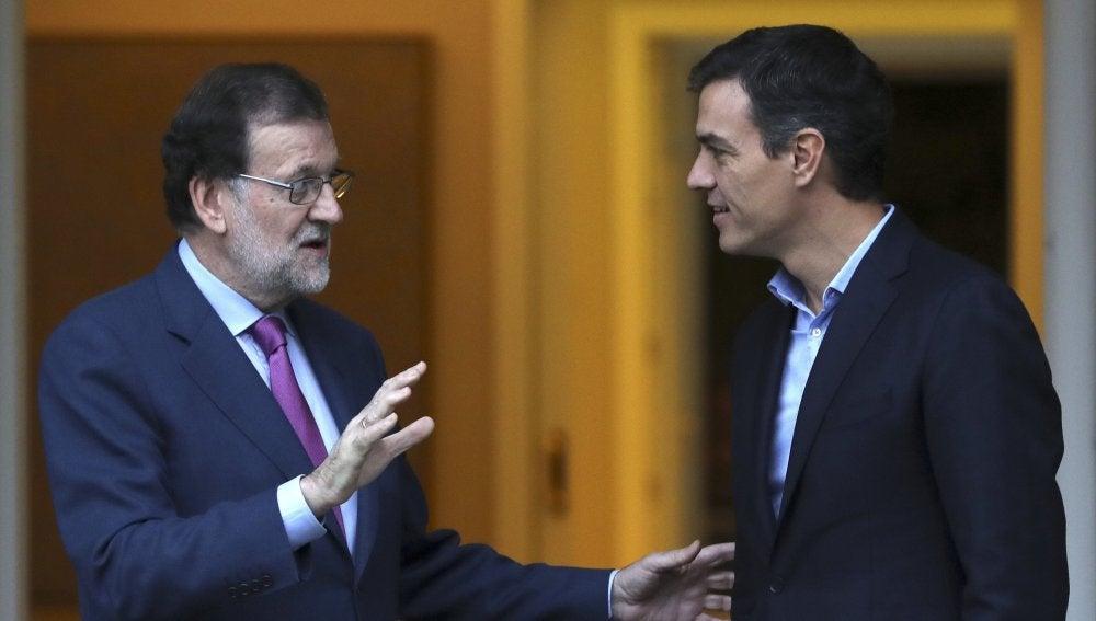 El presidente del Gobierno, Mariano Rajoy (i), y el secretario general del PSOE, Pedro Sánchez