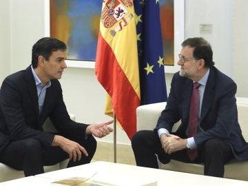 Rajoy y Sánchez en su reunión en Moncloa