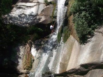 Una persona hace barranquismo en el Valle del Jerte