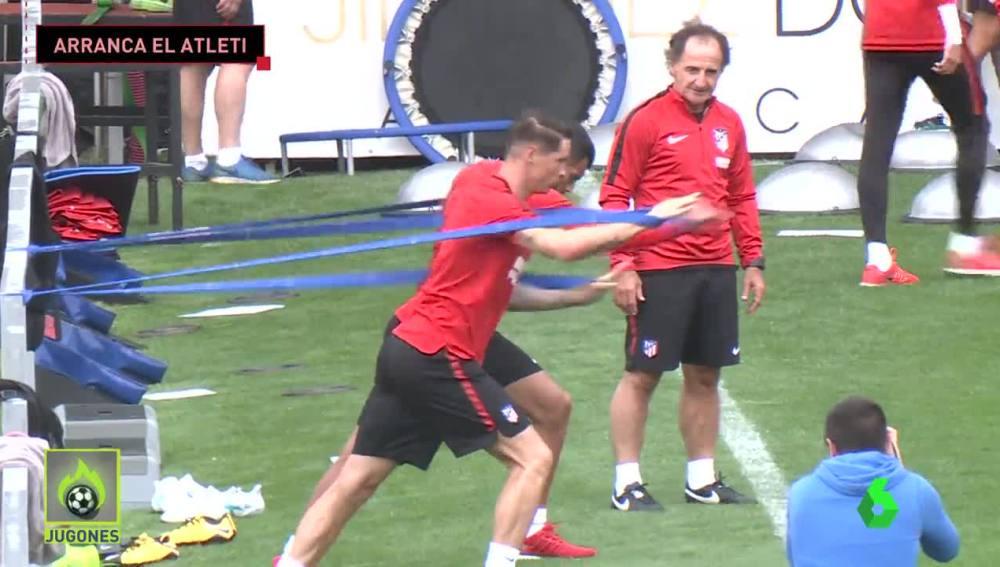 El 'profe' Ortega vigila un ejercicio en el entrenamiento del Atlético