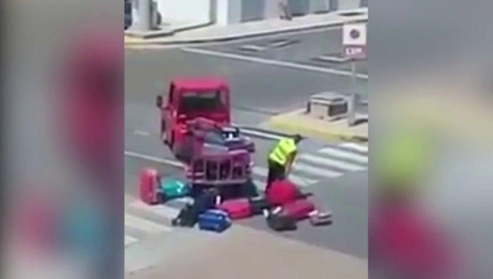 Graban a un trabajador de Iberia golpeando y lanzando por los aires el equipaje de los pasajeros