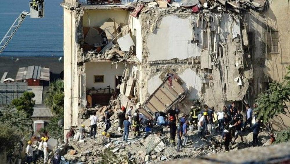 Un edificio residencial se derrumba en Nápoles