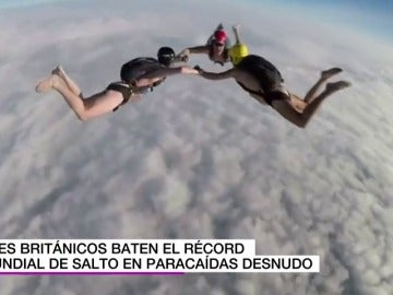 Tres británicos logran el récord mundial de salto en paracaídas desnudos desde una altura de casi 7.000 metros