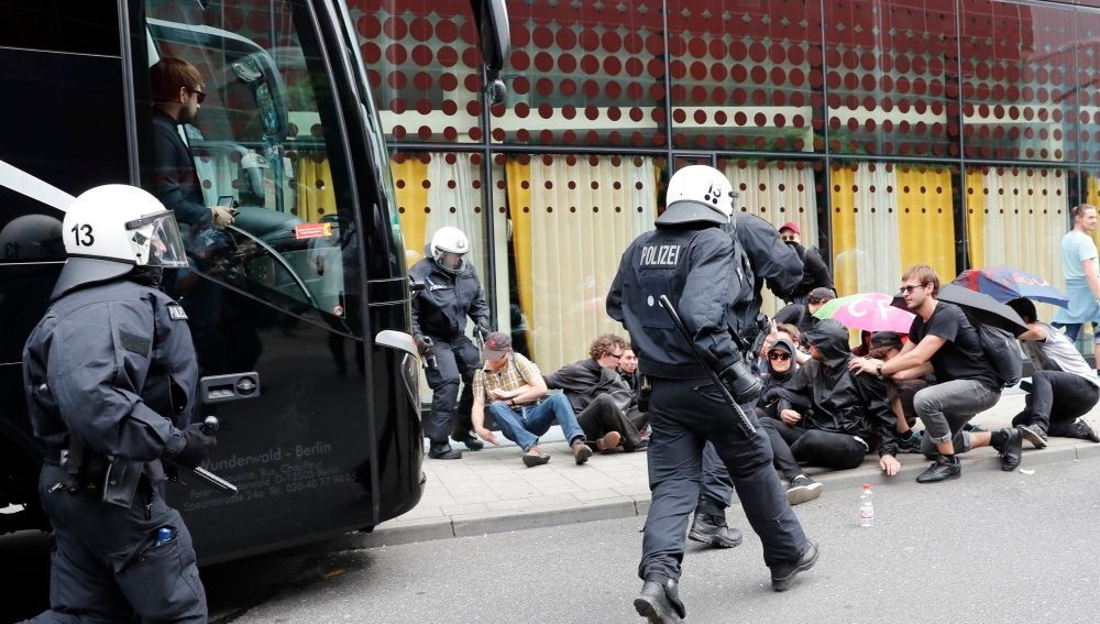 Varios manifestantes se enfrentan a la policía alemana durante el G20